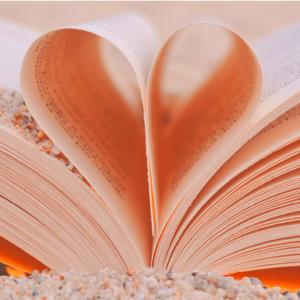 Ein offenes Buch bei dem 2 Seiten in der Mitte als Herz geformt sind